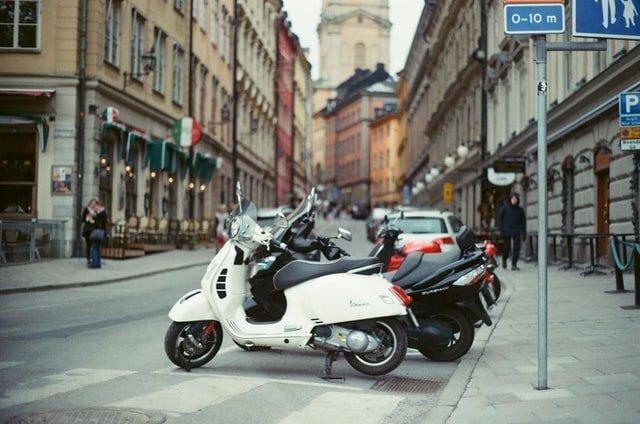 De elektrische scooter begint zien we steeds vaker terug in het Nederlandse straatbeeld